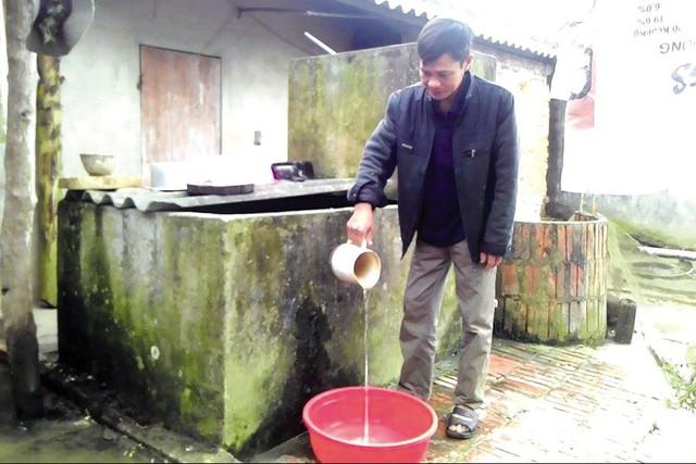 Anh Vũ Văn Hiệu( 42 tuổi, thôn 9) vẫn chưa có bể nước mưa, hàng ngày vẫn sử dụng nguồn nước được lấy từ giếng khoan.Ảnh: Ngọc Hưng
