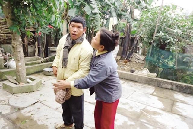 Vợ liệt sỹ Phan Huy Sơn đang chăm con trai bị bệnh. Ảnh:H.P