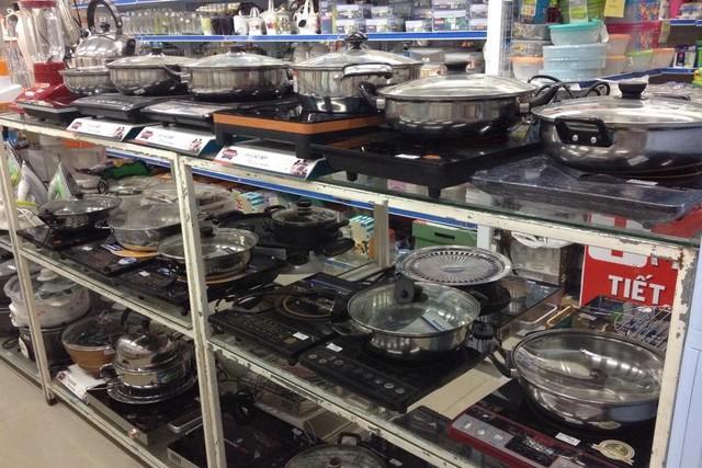 Khách hàng đứng trước hàng chục sự lựa chọn bếp từ, bếp hồng ngoại có giá dao động từ 600.000- 1,5 triệu đồng. Ảnh:T.G