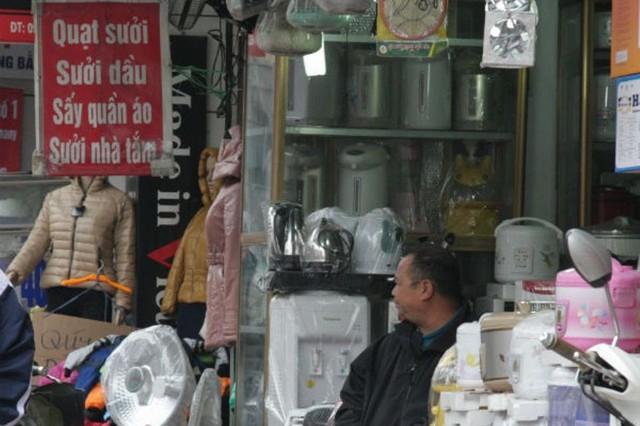 Trời nồm là thời điểm bội thu của những cửa hàng bán thiết bị chống ẩm. Ảnh:M.H