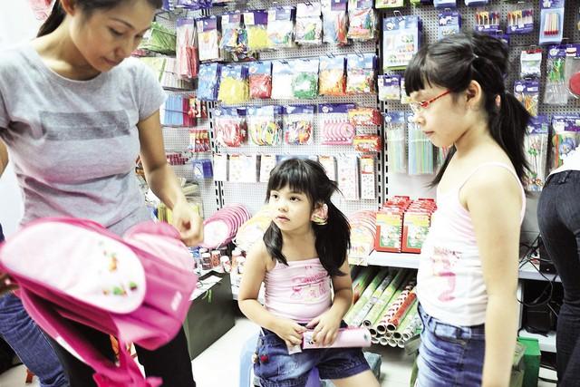 Khi mua đồ dùng học tập cho con cần lựa chọn kỹ (ảnh mang tính chất minh họa cho bài viết). Ảnh: Đ.A