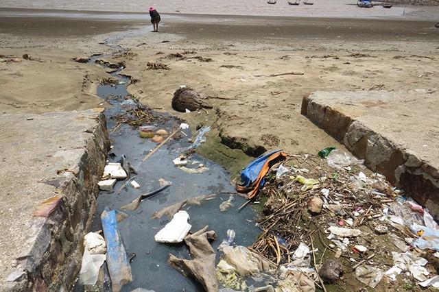 Rác rưởi, nước thải từ các nhà hàng tuồn xuống biển.Ảnh:Minh Lý