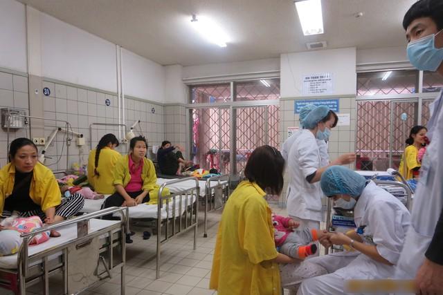 Nhiều trẻ nhập viện liên quan đến hô hấp do trời nồm (ảnh chụp tại Khoa Nhi, BV Bạch Mai ngày 12/3). Ảnh: Phương Thuận