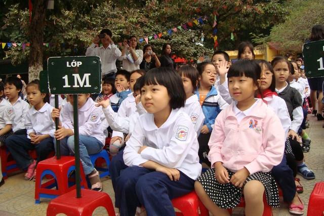 """Trẻ bước vào lớp 1 sẽ có nhiều bỡ ngỡ, thậm chí """"sốc"""" vậy nêncha mẹ cần phối hợp chặt chẽ với giáo viên dạy dỗ trẻ. Ảnh: Q.Anh"""