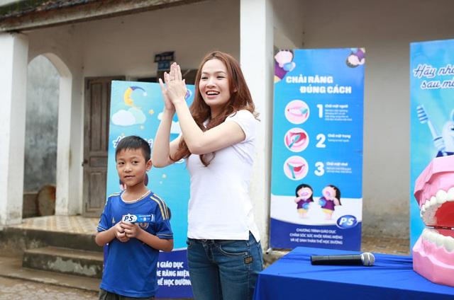 Cả Đan Lê và Ốc Thanh Vân rất hào hướng trong việc giúp trẻ em biết cách để chăm sóc răng miệng một cách khoa học.