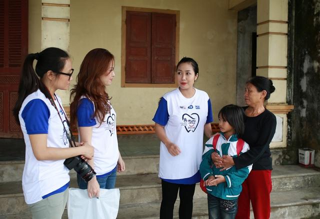 Hoạt động cộng đồng này giú Ốc Thanh Vân và Đan Lê hiểu thêm về sự khó khăn của trẻ em ở những vùng sâu, vùng sa.