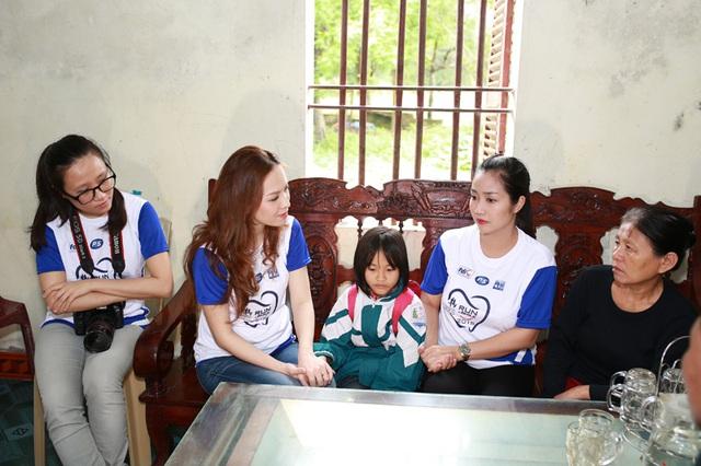 Ốc Thanh Vân và Đan Lê còn tìm đến tận nhà một số học sinh có hoàn cảnh khó khăn vươn lên học giỏi để thăm hỏi và tặng quà.