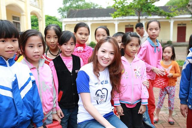 Đan Lê và Ốc Thanh Vân kêu gọi mọi người cùng chung tay đồng hành cùng chương trình ý nghĩa này để bảo vệ thêm nhiều nụ cười của các em nhỏ vùng nông thôn