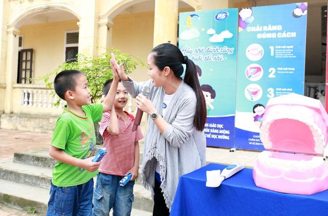 """Chương trình """"Bảo vệ nụ cười Việt Nam"""" là chương trình nha học đường tuyên truyền giáo dục các em ở vùng nông thôn chăm sóc răng miệng đúng cách, chải răng mỗi ngày hai lần sáng và tối. Đây là năm thứ 16 chương trình diễn ra."""