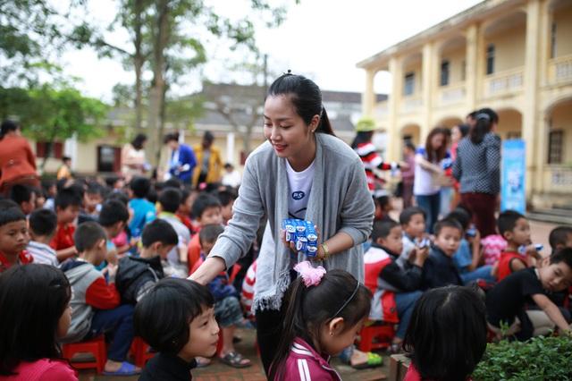 Không chỉ dạy trẻ em cách chăm sóc răng miệng, cặp đôi diễn viên này còn tặng các tuýp kem đánh răng của nhà tài trợ cho học sinh của 2 trường tiểu học.