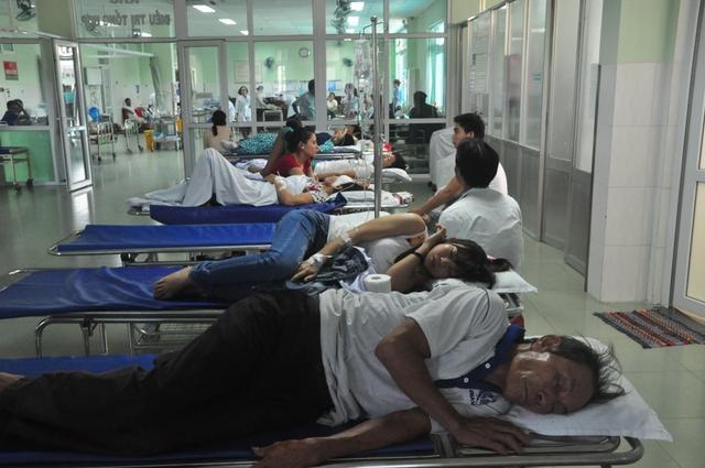 Hàng chục người đang được điều trị tại bệnh viện vì ăn bánh mì bị ngộ độc. Ảnh Đ.H