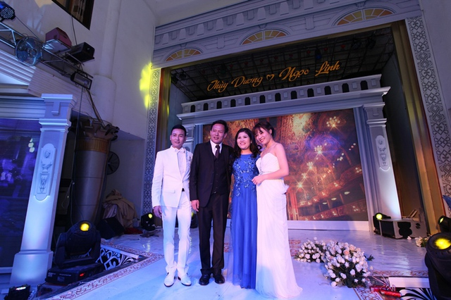 Ca sĩ Linh Nguyễn, MC Hoàng Linh và chủ nhân của bữa tiệc cưới hoành tráng