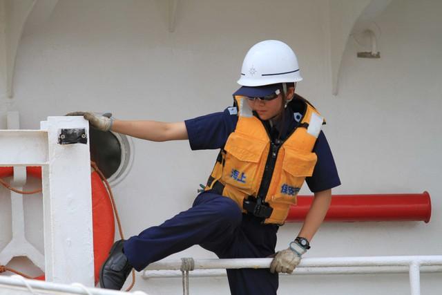 ...bước qua thành tàu để neo đậu tàu cho an toàn.