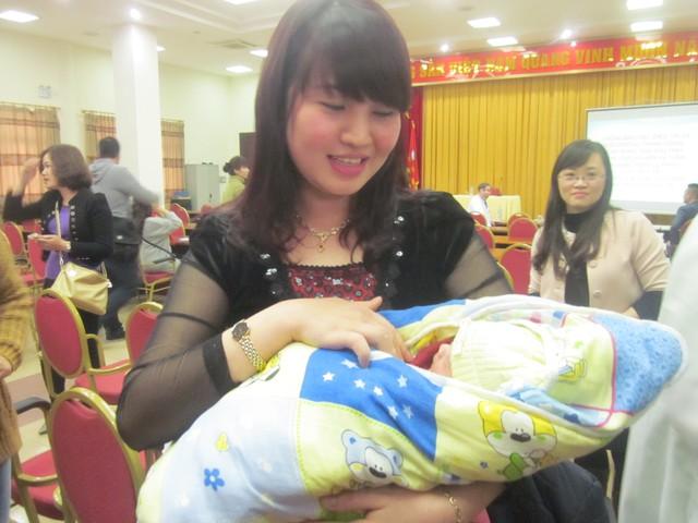 Chị Yến hạnh phúc khi được ẵm con trong vòng tay về với gia đình (Ảnh: P.T)