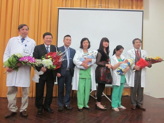 Gia đình cặp song sinh tí hon chụp ảnh kit niệm cùng Thứ trưởng Nguyễn Viết Tiến và lãnh đạo BV Phụ sản TƯ (Anh: P.T)