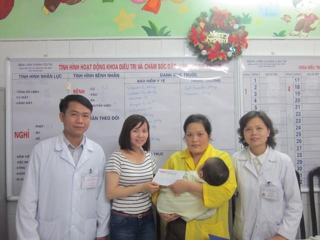 PV Phương Thuận - đại diện Quỹ Vòng tay nhân ái cùng các bác sỹ khoa Bại não trao quà cho bé Đức Thắng