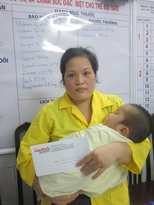 Gia đình chị Phương cũng đã nhận được tiền ủng hộ của nhà văn Trần Quốc Quân từ Ba Lan gửi về