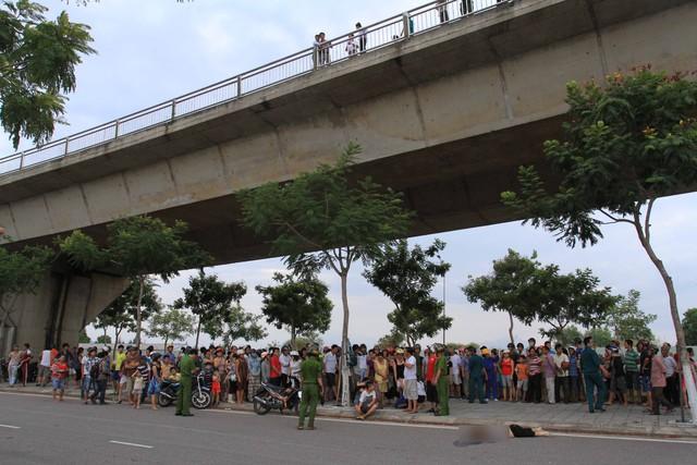 Sau khi bị xe ô tô tông phải, hai người phụ nữ đi trên xe máy bị tông rơi xuống phía dưới cầu, chết thảm. Ảnh Đức Hoàng