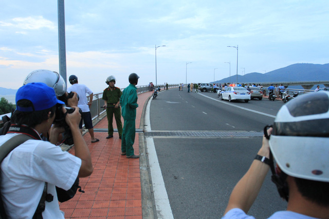 Nhiều phóng viên báo chí phải đứng từ xa hiện trường để chụp ảnh vì công an...cấm không cho lại gần. Ảnh Đức Hoàng
