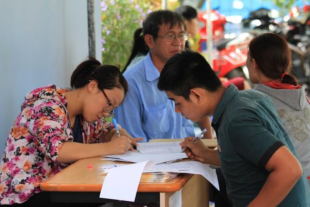 Tại Đại học Đà Nẵng việc rút, nộp hồ sơ diễn ra nhanh chóng, không có tình trạng vật vạ ngồi chờ. Ảnh Đức Hoàng