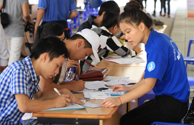 Các thí sinh đến nộp hồ sơ tại Đại học Đà Nẵng được hướng dẫn tận tình, nhanh chóng. Ảnh Đức Hoàng