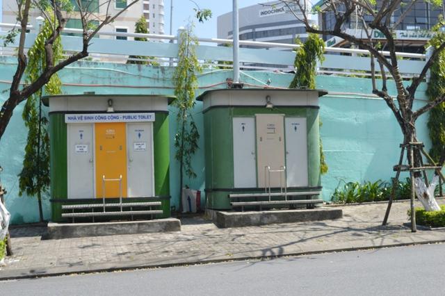 Nhà vệ sinh công cộng ở đầu cầu Sông Hàn. Ảnh Đức Hoàng