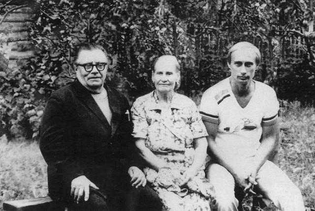 Vladimir Putin với cha mẹ của mình, Maria và Vladimir, ngay trước khi khởi hành của ông sang Đức, vào năm 1985.