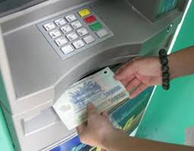 Các đối tượng người nước ngoài dùng thẻ ATM giả đê rút trộm tiền ở các trụ ATM trên địa bàn Hội An. Ảnh minh họa