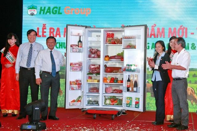 Đại diện VISSAN và HAGL giới thiệu sản phẩm thịt bò tơ Úc tươi sống