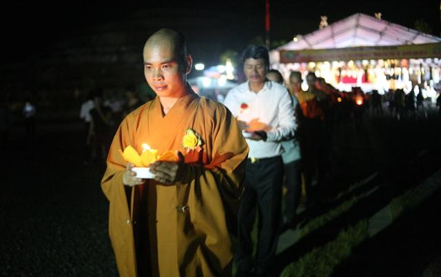 Bắt đầu nghi thức thả đèn hoa đăng cầu siêu độ vong linh