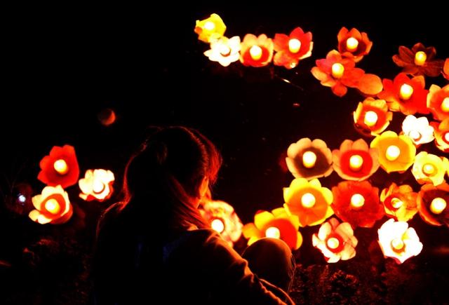 Nghi lễ thả đèn hoa Đăng lên dòng nước được hiểu rằng, những vong nhân đã khuất sẽ theo những ánh sáng ấm áp mà bỏ đi những oan khiên thù hận, bước theo con đường giải thoát khổ đau.