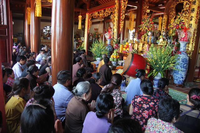 Hàng nghìn tăng ni phật tử xa gần đã đến chùa Kim Sơn Lạc Hồng tụng kinh và tham gia các nghi lễ