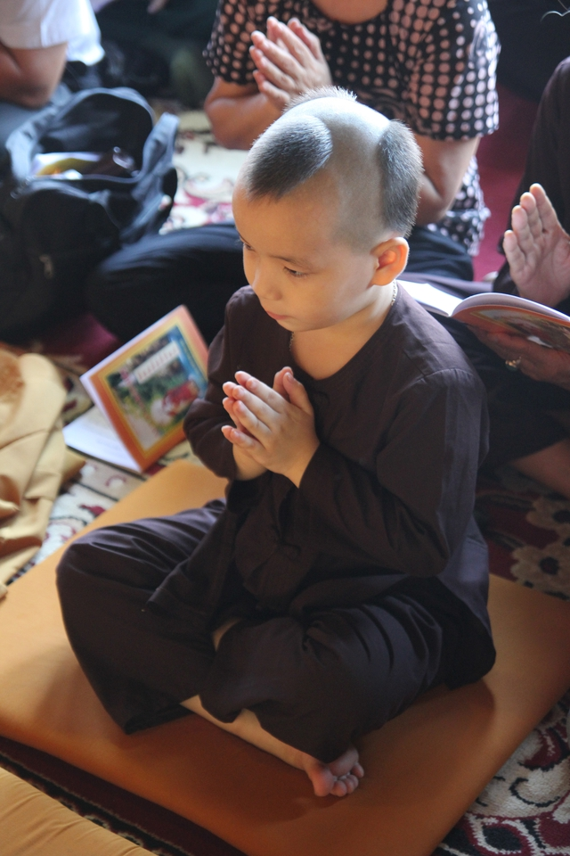 Nhiều em bé được tham gia Lễ Vu lan từ nhỏ để hiểu hơn về công lao sinh thành dưỡng dục của cha mẹ