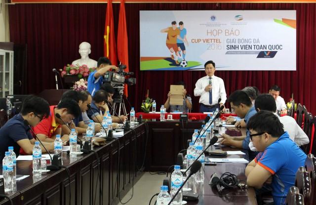 BTC giải bóng đá sinh viên toàn quốc 2016 thông tin cho báo chí trước giờ khai mạc giải tại trường ĐH Hải Phòng. Ảnh: ĐB