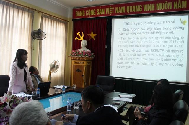 Bà Trần Thị Thu Hằng - Phó Chi cục trưởng Chi cục DS-KHHGĐ chia sẻ tại hội nghị. Ảnh: Đức Biên