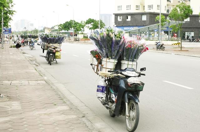 Hàng loạt xe máy bán hoa dạo trên đường Trung Văn.