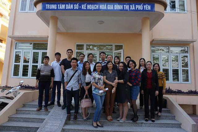 Đoàn công tác chụp ảnh lưu niệm tại Trung tâm DS-KHHGĐ thị xã Phổ Yên (Thái Nguyên)