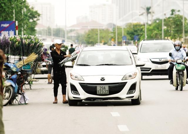 Ô tô dừng ngay giữa đường để mua hoa.
