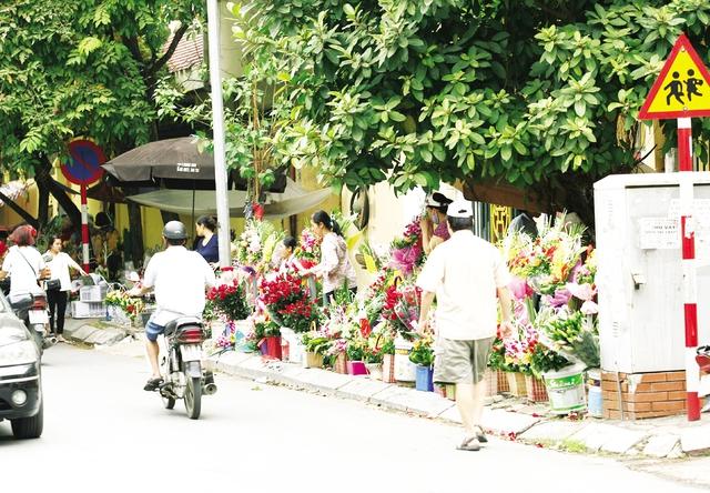 Vỉa hè phố Nguyễn Trãi (Hà Đông) không còn khoảng trống cho người đi bộ.