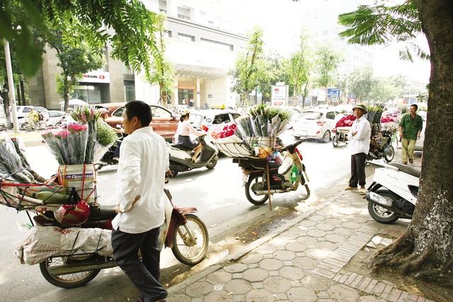 Phố Láng Hạ được nhiều người bán hàng rong chọn vì nhiều cơ quan, công sở.
