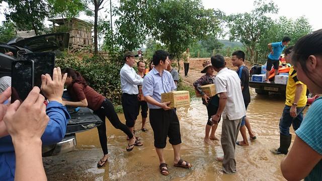 """Lùm xùm vụ """"tranh công"""" làm từ thiện ở miền Trung sau mưa lũ"""