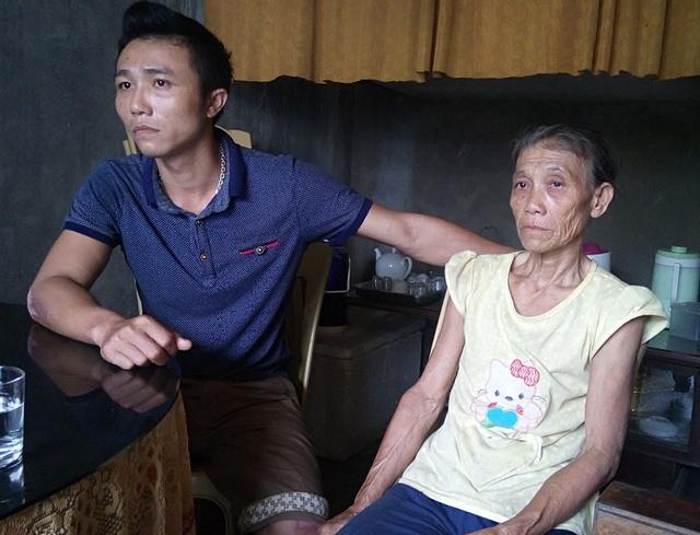 Bà Lê Thị Nuôi bị câm điếc và mắc bệnh thần kinh từ nhỏ cùng con trai bức xúc kể lại sự việc. Ảnh: M.K