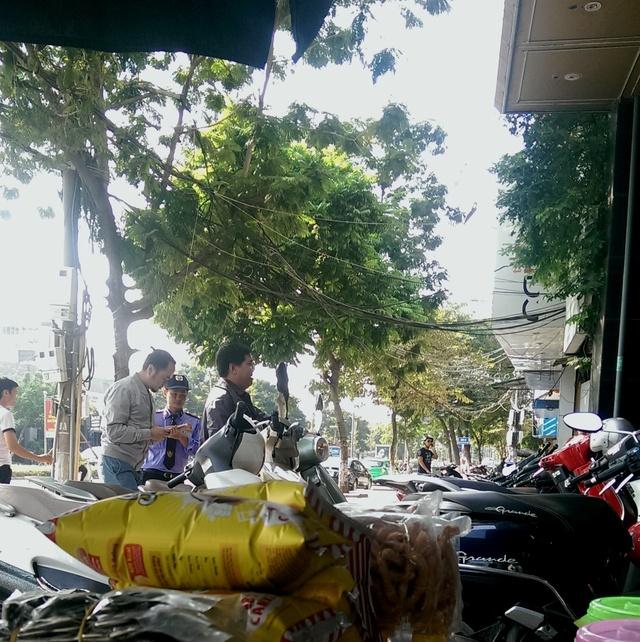 Quán karaoke Thùy Linh (số 6, Nguyễn Khánh Toàn, Cầu Giấy) vẫn mở cửa đón khách vào đầu giờ chiều ngày 3/11. Ảnh T.G