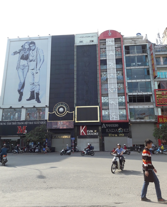 Các quán karaoke trên đường Trần Thái Tông gần nơi xảy ra vụ cháy chấp hành nghiêm lệnh cấm. Ảnh T.G