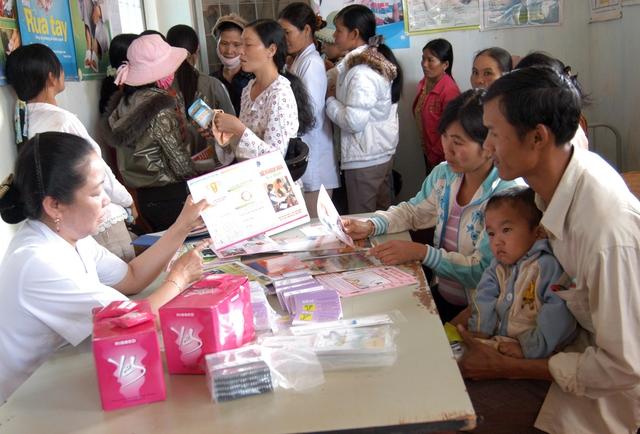 Cán bộ dân số truyền thông KHHGĐ, tư vấn các biện pháp tránh thai an toàn cho người dân tại vùng sâu tỉnh Bà Rịa - Vũng Tàu. Ảnh: D.N