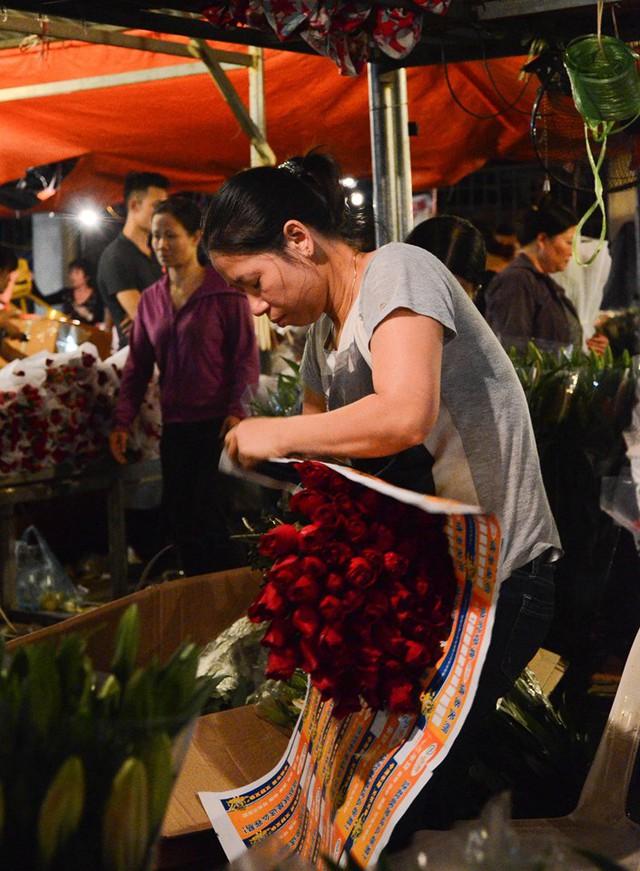 """Chị Nhã, một tiểu thương chuyên buôn bán hoa ở Hà Nội cho biết: """"Càng những ngày lễ đặc biệt, công việc càng bận. Dù mình bán hoa nhưng cũng chẳng nghĩ tới chuyện bỏ riêng ra một bó mà tự tặng mình."""
