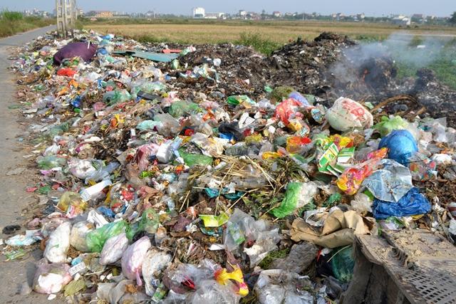 Bãi rác gây ô nhiễm môi trường tại xã Đồng Tâm. Ảnh: Đ.Tuỳ