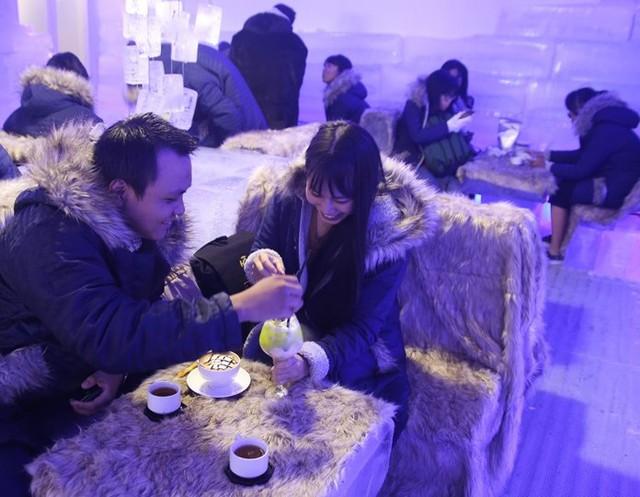 Giới trẻ Sài Gòn thích thú mặc áo lông đi uống cà phê đón Giáng sinh. Ảnh minh họa.