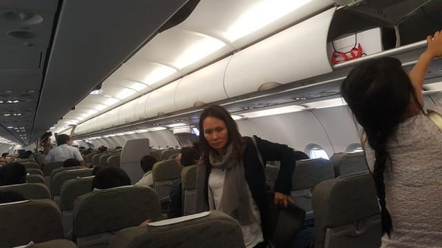 Một số hành khách lo lắng và mệt nên rời máy bay khi máy bay này đáp xuống sân bay Tân Sơn Nhất - Ảnh: Triều Châu