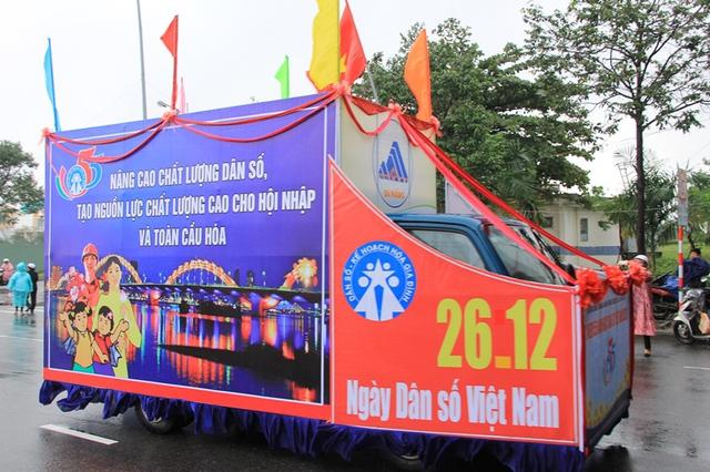 Diễu hành kỷ niệm 55 năm Ngày Dân số Việt Nam. Ảnh: Đức Hoàng